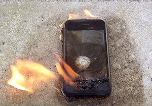 آتش گرفتن باتری موبایل حین تعمیر + فیلم