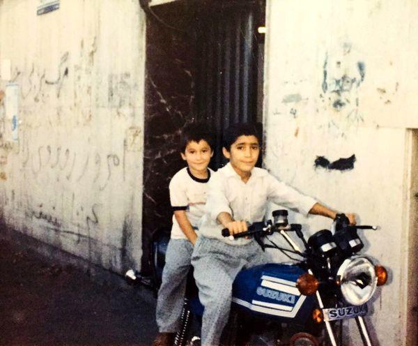 موتور سواری هادی کاظمی و برادرش در کودکی + عکس