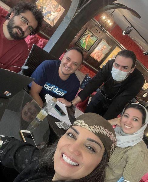 دورهمی خانم بازیگر با همکارانش در کافه + عکس