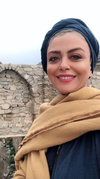 خانم بازیگر کنار دیوار سنگی + عکس
