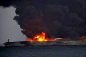 ارتش به داد ملوانان گیرافتاده در نفتکش آتش گرفته ایرانی رسید/ حضور تکاوران ارتش در محل حادثه