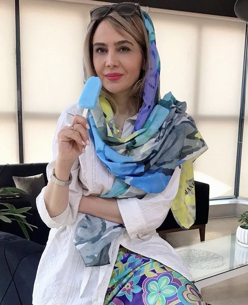 بستنی خوردن خانم بازیگر در محل کارش + عکس
