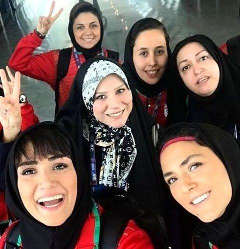 عکس با حجاب کامل سحر دولتشاهی میان بازیگران در سن دبیرستان