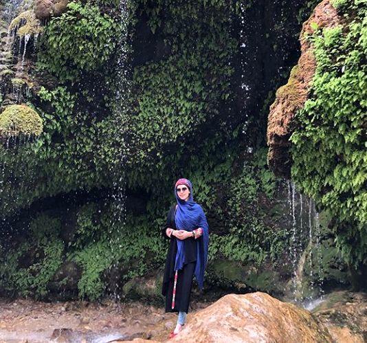 خانم بازیگر در دل آبشار زیبا + عکس