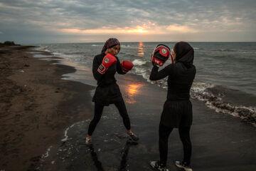 «مریم علیپور» مربی بوکس با «نگین شیرزادی» در ساحل دریای خزر تمرین می کنند.
