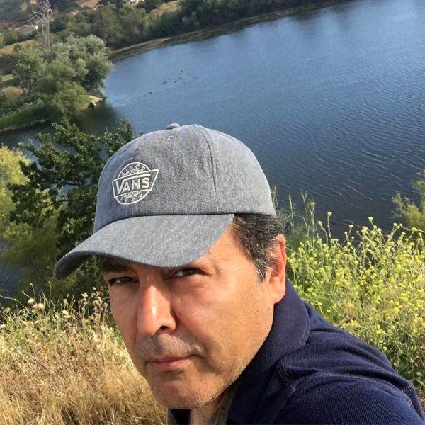 فریبرز عرب نیا درکنار دریاچه ای زیبا + عکس
