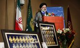 اقدام جالب نخبههای دانشگاهی در تقدیم مدالهایشان به رهبر انقلاب