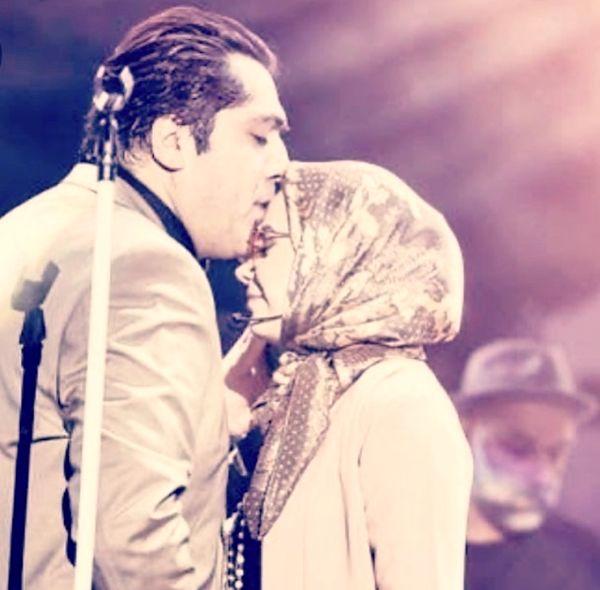 بوسه آقای خواننده وهمسرش در کنسرت + عکس