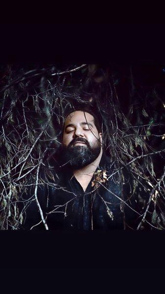گیر افتادن رضا صادقی در میان شاخ و برگ + عکس