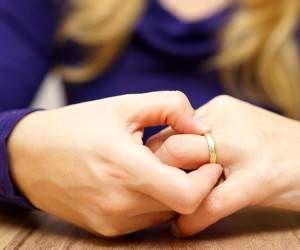 پیامدهای طلاق ؛ بلایی که سر زنان می آید