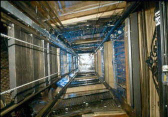 سقوط آسانسور در یک ساختمان ۶ طبقه در خیابان جمهوری