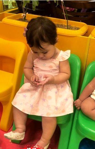 عکس متفکر دختر شاهرخ استخری در مهدکودک