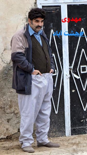 آقای بازیگر با پیژامه جلوی در خانه + عکس
