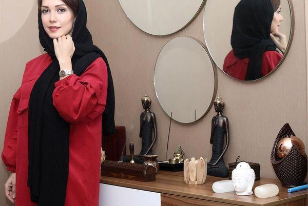 عکس شهرزاد کمالزاده با مجسمه های بودایش