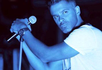 ژست آقای خواننده در کنسرتش+عکس