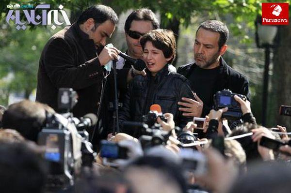 فریبرز عربنیا و فرزندش در مراسم تشییع پیکر عسل بدیعی