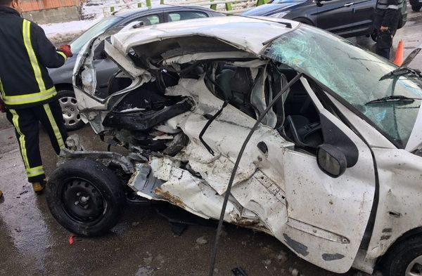تصادف کامیون با خودرو سواری در حاشیه بزرگراه شهید یاسینی