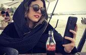خانم بازیگر مشهور در یک رستوران ساحلی + عکس