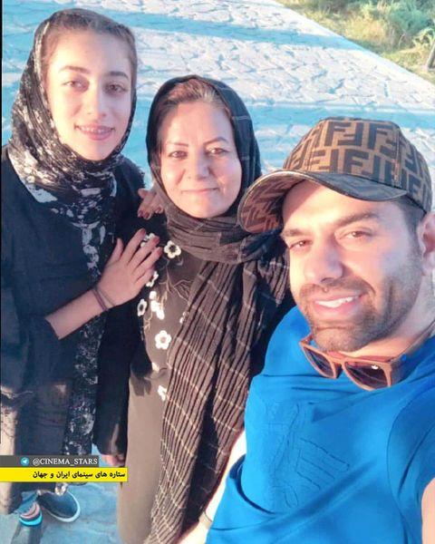 پارک گردی آقای خواننده با مادر و خواهرش+عکس