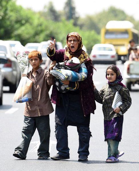 دستفروشی خانم بازیگر و کودکانش در خیابان+عکس