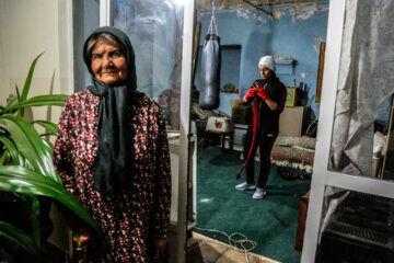 «نرگس محمدی» اهل کرمان 5 سال است به ورزش بوکس علاقه مند شده و در زیرزمین منزل مادربزرگ خود به صورت انفرادی تمرین می کند