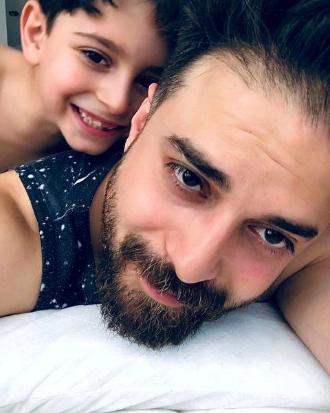 سلفی بابک جهانبخش با  پسرش روی تخت + عکس