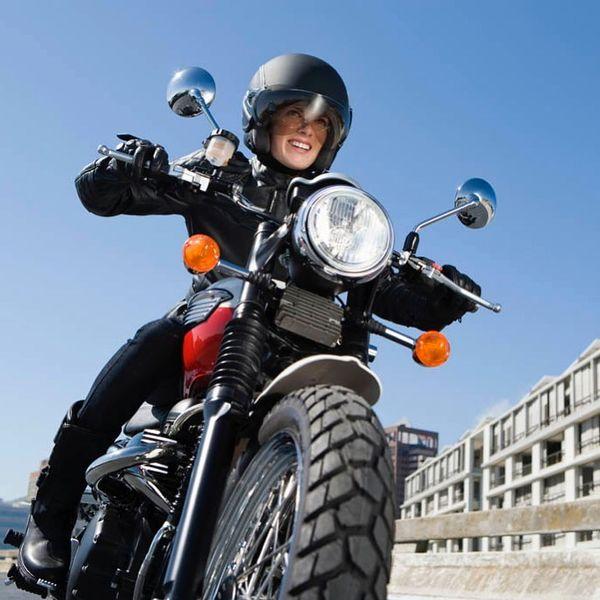 خانم مجری موتورسوار