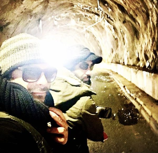 علیرضا رئیسی و دوستش در غار + عکس